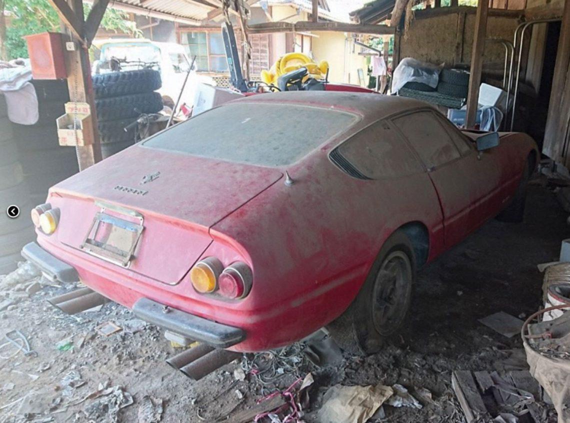 フェラーリ 365 GTB/4 デイトナ 納屋でほこりを被った様子