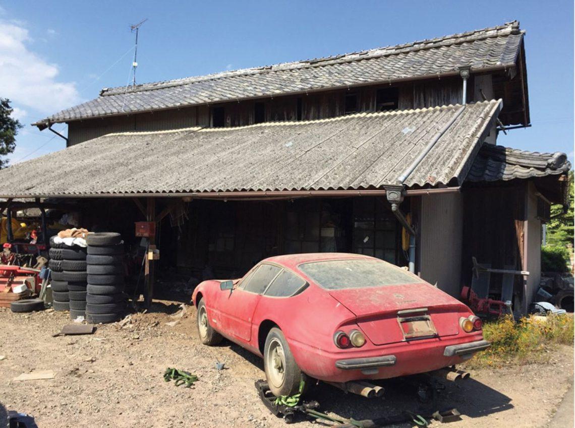 フェラーリ 365 GTB/4 デイトナ 納屋から引き出される様子
